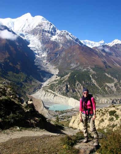 Vaeltaja Nepalin vuoristomaisemissa